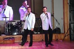 舞台上的演员双胞胎亚历山大和尤金Anufriev 免版税图库摄影
