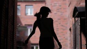舞女的剪影都市建筑学背景的  室外无限制的乐趣 股票视频