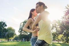 舞蹈夫妇训练bachata在公园 免版税库存照片