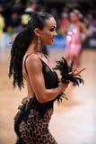 舞蹈姿势的拉丁妇女舞蹈家 图库摄影