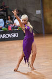 舞蹈姿势的拉丁妇女舞蹈家 免版税库存图片