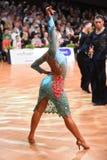 舞蹈姿势的拉丁妇女舞蹈家 免版税图库摄影