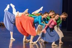 舞蹈学校的未认出的舞蹈家在表现芭蕾期间的 库存图片