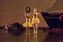 舞蹈学校的未认出的舞蹈家在表现芭蕾期间的 图库摄影