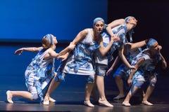 舞蹈学校的未认出的舞蹈家在表现芭蕾期间的 免版税库存图片