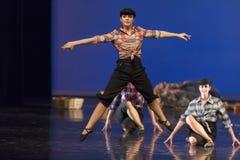 舞蹈学校的未认出的舞蹈家在表现芭蕾期间的 免版税库存照片