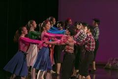 舞蹈学校的未认出的舞蹈家在表现芭蕾期间的 库存照片