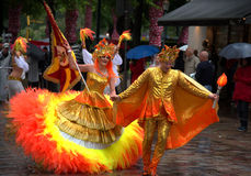 舞蹈家在桑巴队伍期间的雨中在第26赫尔辛基桑巴Carnaval 库存图片