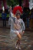 舞蹈家在桑巴队伍期间的雨中在第26赫尔辛基桑巴Carnaval 免版税库存图片