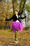 舞蹈家在秋天跳舞 免版税库存图片