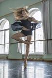 舞蹈家在芭蕾大厅里 图库摄影