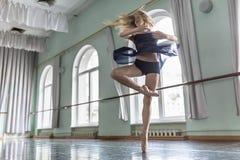 舞蹈家在芭蕾大厅里 免版税库存照片