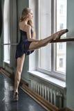 舞蹈家在芭蕾大厅里 免版税库存图片