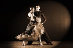 舞蹈家在黑背景隔绝的舞厅 图库摄影
