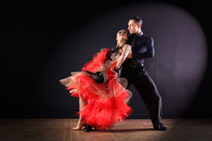 舞蹈家在黑背景的舞厅 免版税库存图片