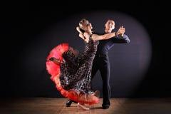 舞蹈家在黑背景的舞厅 库存图片