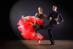 舞蹈家在黑背景隔绝的舞厅 免版税图库摄影