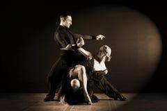 舞蹈家在黑背景隔绝的舞厅 库存图片