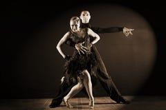 舞蹈家在黑背景隔绝的舞厅 免版税库存照片
