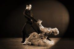 舞蹈家在黑背景隔绝的舞厅 免版税库存图片