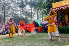 舞蹈家执行在Holi庆祝的,印度 免版税库存图片