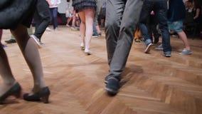 舞蹈家执行林迪舞单脚跳舞蹈在摇摆节日 跳舞腿关闭  股票视频