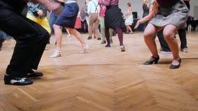 舞蹈家执行林迪舞单脚跳舞蹈在摇摆节日 跳舞腿关闭  股票录像