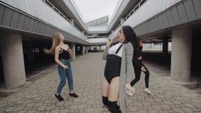 舞蹈家用衣物跳舞不同的样式和执行现代舞,当代自由式 股票视频
