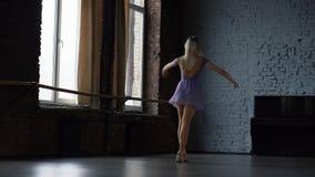 舞蹈家的令人惊讶的跃迁在慢动作的演播室 影视素材