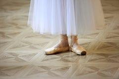 舞蹈家的美好的腿pointe的 免版税库存图片