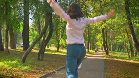 舞蹈家英尺长度,愉快的尼斯白种人金发碧眼的女人和深色的妇女是微笑和跳跃,当跳舞在公园时 股票视频