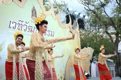 舞蹈家进行泰国传统舞蹈 免版税库存图片