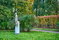 舞蹈家雕塑在凯瑟琳公园 pushkin 圣彼德堡 免版税库存图片