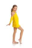 舞蹈家:小女孩在爵士乐服装的舞蹈家姿势 库存图片