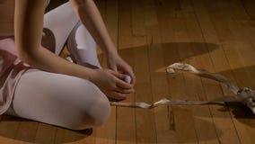 舞蹈家离开她的芭蕾舞鞋并且摩擦她的脚 影视素材