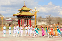 舞蹈小组卡尔梅克的全国服装在背景跳舞 免版税库存照片