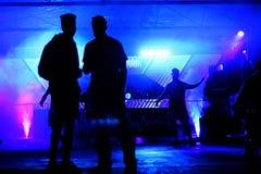 舞蹈木条地板的跳舞人 免版税库存图片