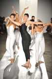 舞蹈演员在跑道执行在DL 1961溢价牛仔布春天2013时装表演 免版税图库摄影