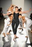 舞蹈演员在跑道执行在DL 1961溢价牛仔布春天2013时装表演 免版税库存照片
