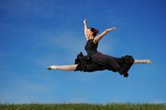 舞蹈演员草跳 库存图片