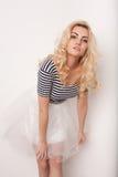 舞蹈的美丽的愉快的白肤金发的女孩,获得乐趣 免版税库存图片