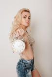 舞蹈的美丽的愉快的白肤金发的女孩,获得乐趣 库存照片