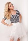舞蹈的美丽的愉快的白肤金发的女孩,获得乐趣 免版税库存照片