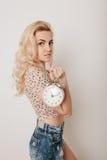 舞蹈的美丽的愉快的白肤金发的女孩,获得乐趣 库存图片