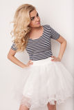舞蹈的美丽的愉快的白肤金发的女孩,获得乐趣 免版税图库摄影