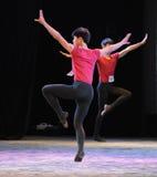舞蹈训练男孩后面的这基本的技巧  免版税图库摄影