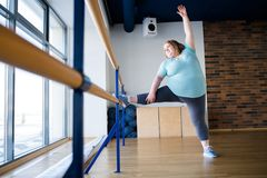 舞蹈课的超重芭蕾舞女演员 免版税库存照片