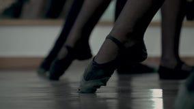 舞蹈课第一步 对黑pointe鞋子的特写镜头 儿童的腿做BATTEMENT TENDU 芭蕾舞女演员 股票录像
