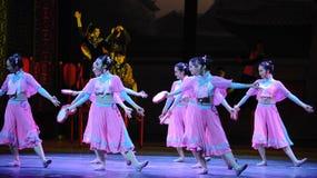 舞蹈过去的戏曲沙湾事件桃红色首先佣人这行动  免版税库存图片
