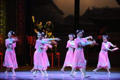 舞蹈过去的戏曲沙湾事件桃红色首先佣人这行动  免版税图库摄影